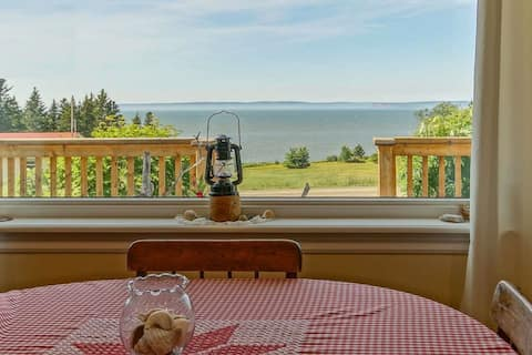 Roomy ocean view 1-bedroom cottage with fireplace