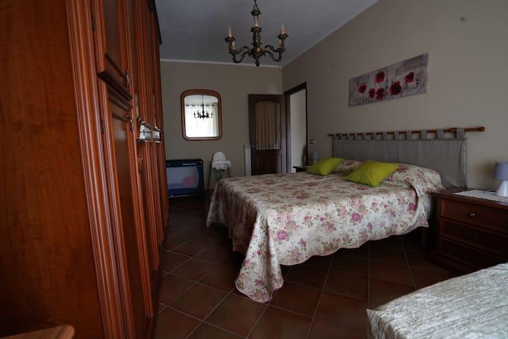 camera da letto con lettino