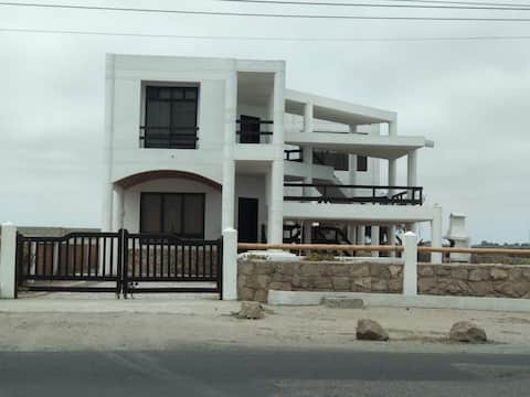 Hermosa casa frente al mar con chimenea interior