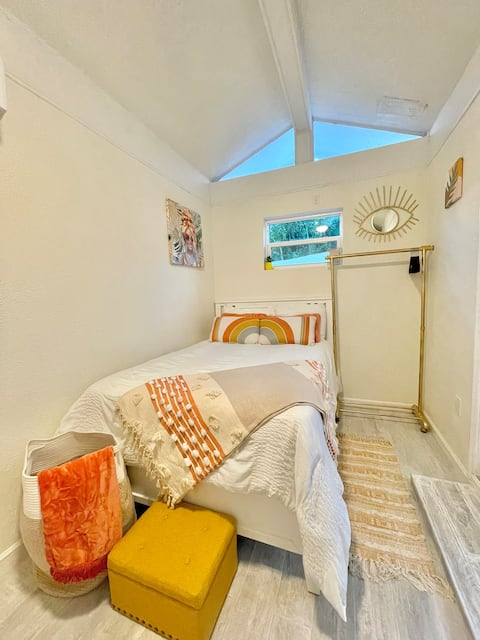Boho Chic Guesthouse 8 minutes from the beach !!!!