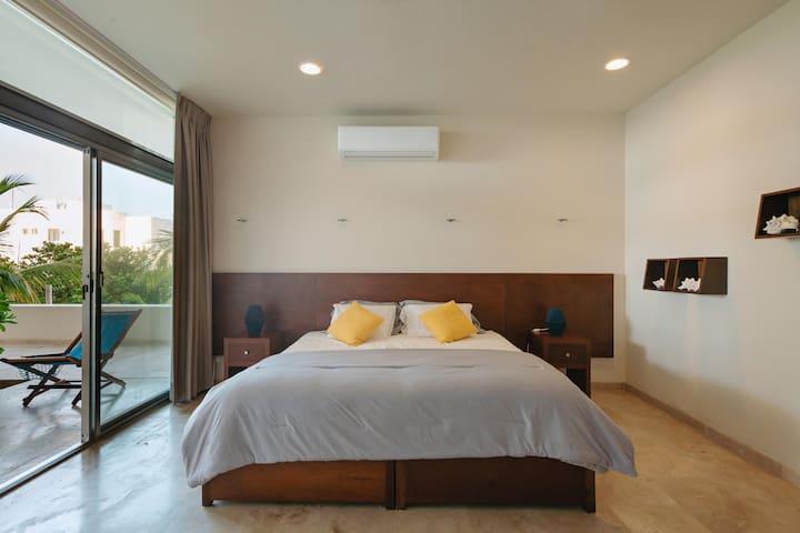Habitación 2, cuenta con una cama king size y vista a la terraza