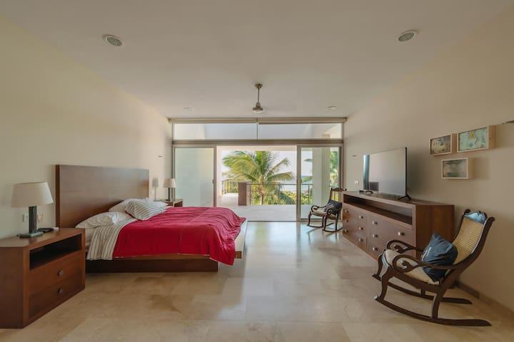 Habitación principal con terraza con vista al mar  Además de la cama king size, cuenta con una cama auxiliar tamaño individual
