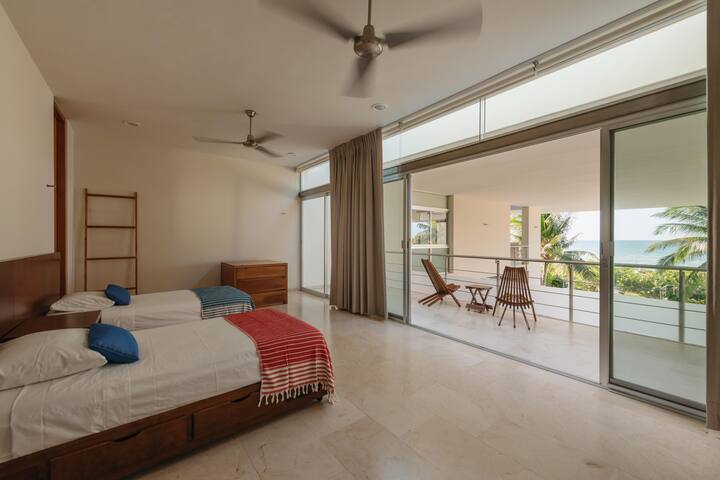 Habitación 4, cuenta con tres camas tamaño individual y un balcón con increíble vista al mar