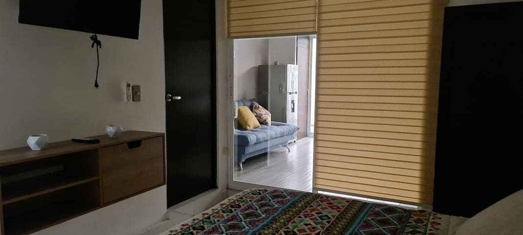 Vista a sala desde recamara, con persianas para aumentar la privacidad