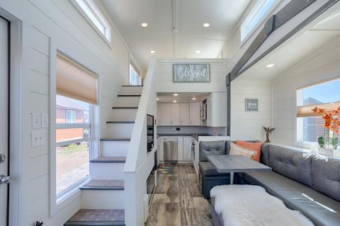 Luxury tiny home: indoor fireplace & gorgeous