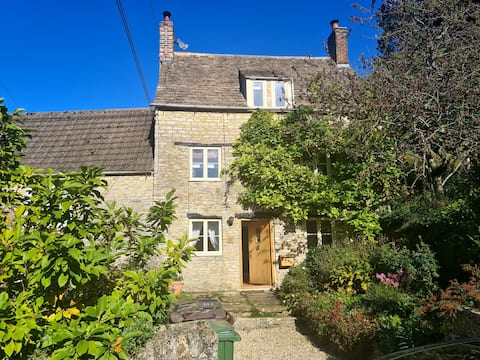 Chocolate Box Cottage in historic Cotswolds town