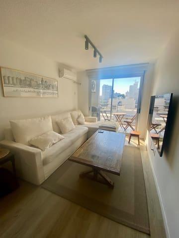 Vista del living y balcón