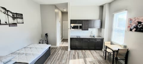 Clean spacious unit perfect for work study & vacay