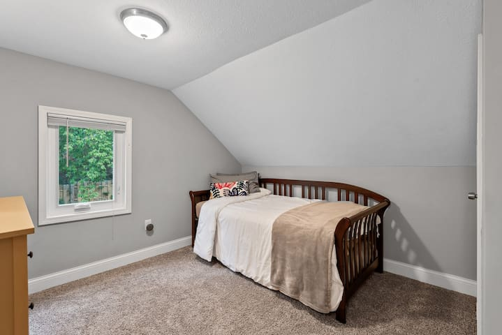 Bedroom 3 with single and pull out trundle for 2 separate sleeping options.