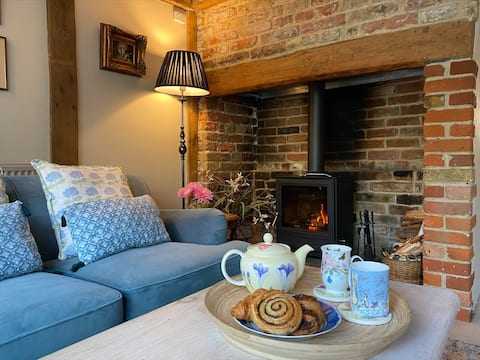 Cheerful 2 bedroom town house + indoor fireplace