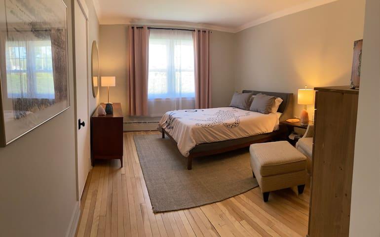 Gorgeous bedroom 2. Queen bed.