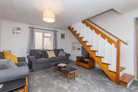 recently refurbed cheerful 2 bd/rm cosy house