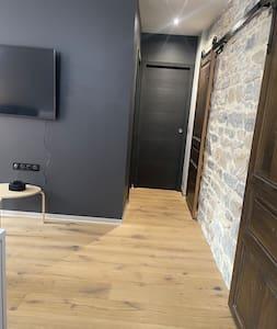 Pas de seuil de porte: l'accès à toutes les parties du logement est fluide et n'est empêché par aucun obstacle au sol.