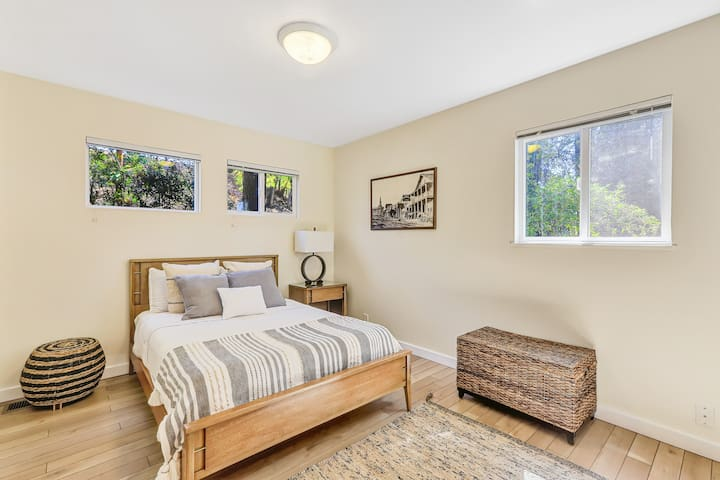 This spare bedroom has cooler / neutral tones and there are a few historical photographs hanging on the walls. This is a FULL size mattress - Dimensions are 54' x 75'