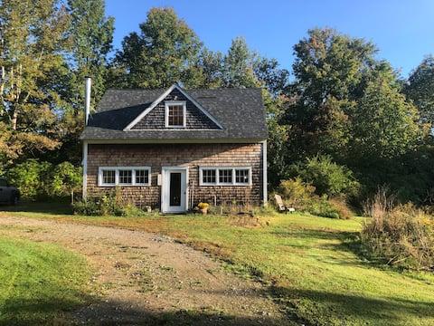 BirdNest Studio: Sunny, Rustic Guesthouse & Garden