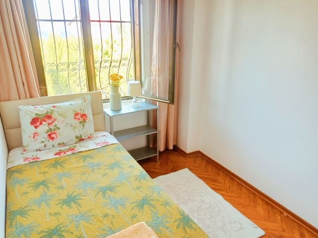 Tek kişilik yatak odası // Single bedroom