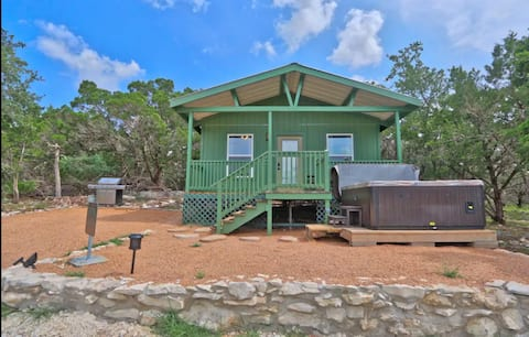 Cottage on 5 acres secluded and quiet with hot tub
