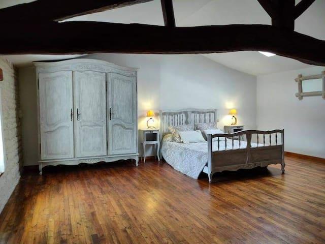 Chambre de 25 m2  1  lits doubles et deux lits simples