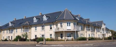 Great 2 bedroom flat with gated parking by the sea