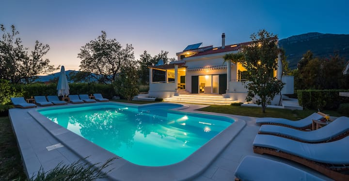Villa with pool and jacuzzi near Split