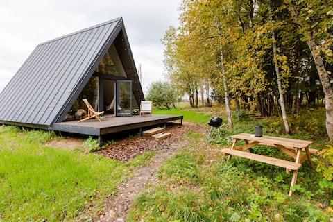 Casa triangular con vista panorámica al bosque