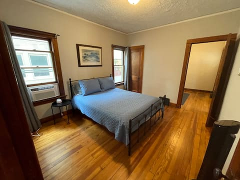 Downtown Kzoo 2-bedroom Apt w/ Loads of Character