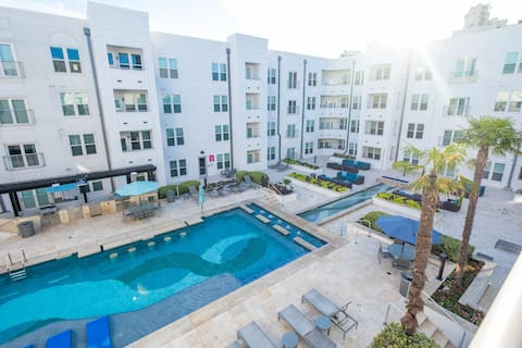 ★Luxe Resort ★ Style Living w/ Stunning Pool Views