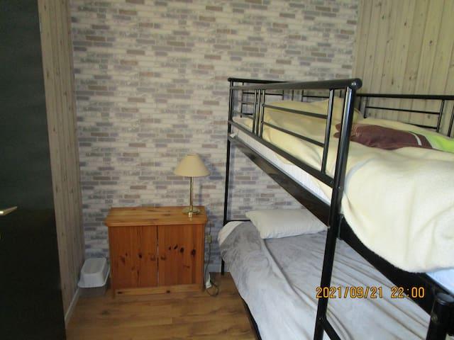 Etagenbett 1 Meter mal 2 Meter, Zimmer mit Tür und Fenster
