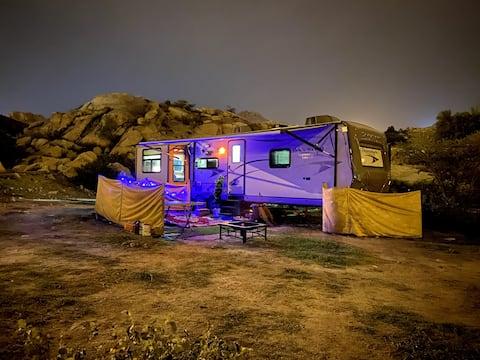 Lyx ett sovrum Husvagn med skönhet berg