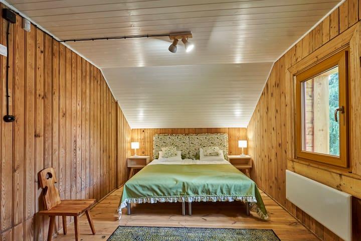 Sypialnia. Duże łóżko małżeńskie z możliwością rozłączenia. Przytulne drewno, ogrzewanie.