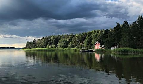 Gemütliches Ferienhaus am Meer nur 55 Minuten von Helsinki entfernt.