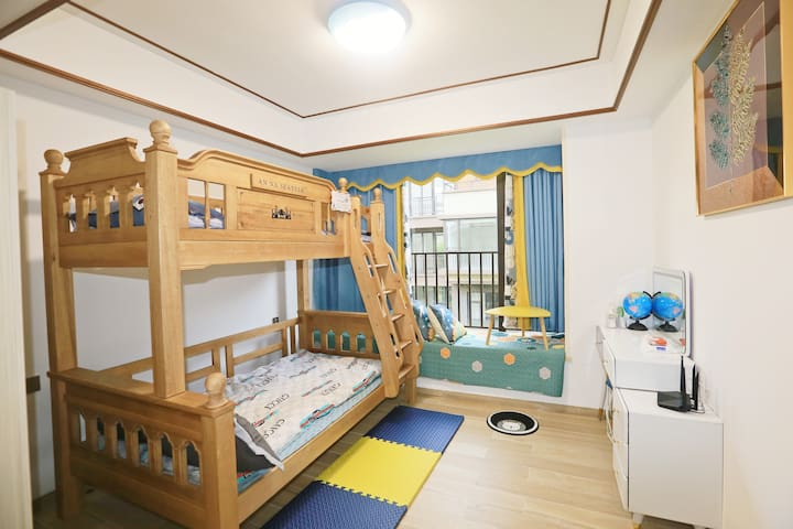 二楼儿童房,1.2米+1米双层实木大床+飘窗(可作床用),充满童趣的装修风格,让小朋友们流连忘返!