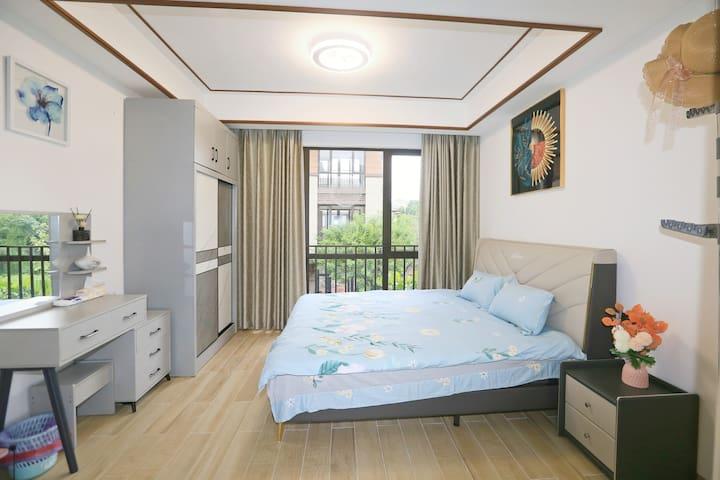 二楼房间清新靓丽,1.8米真皮大床。