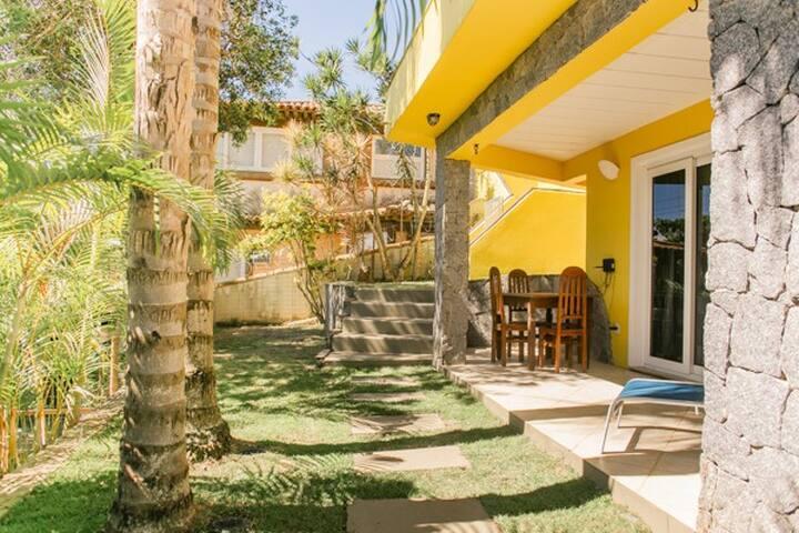 Bangalô 2 com mesa e jardim