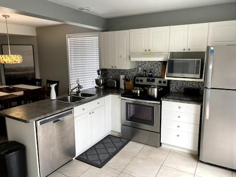 Clean and Cozy 2 Bedroom Home with free parking