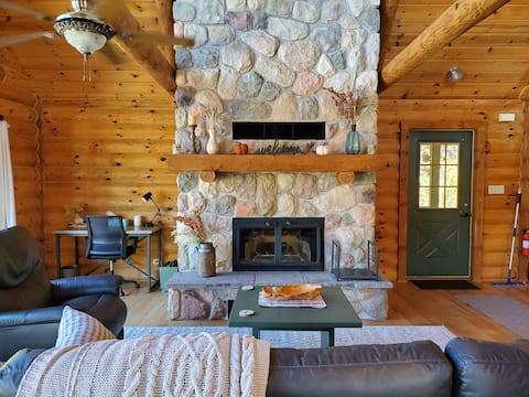 Cozy 3-bedroom cabin with 2 indoor fireplaces