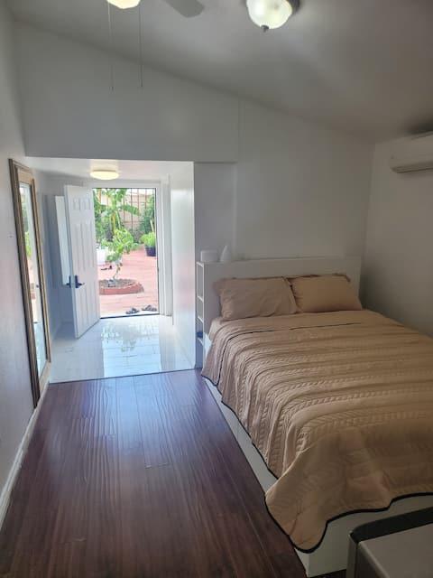 Vibrante un dormitorio con amenidades completas.