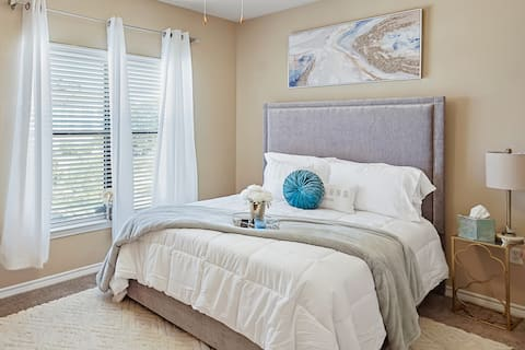 ★ Serenity Suite ★ Lake | Galleria (New Listing!)