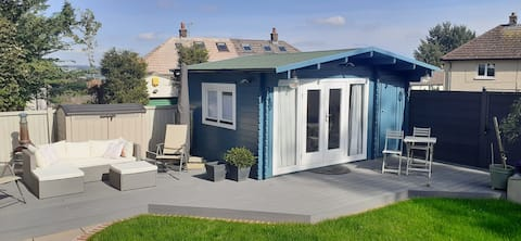 Stylish 1-bedroom guesthouse, free on-site parking