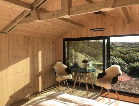 Puiki dvigulė lova mažojo namelio atsitraukimui