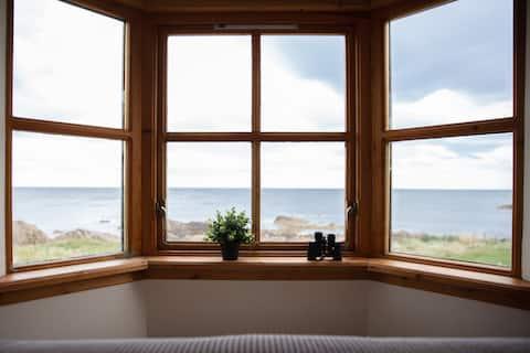 Sealladh Mara Portessie - cottage with sea views