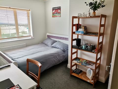 Bright Double Room + own bathroom and breakfast
