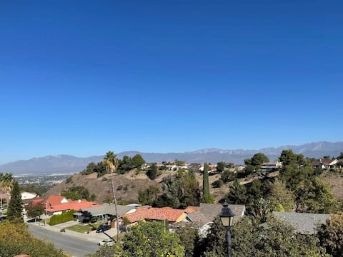 Cheerful 4 Bedroom House with Views in Walnut City