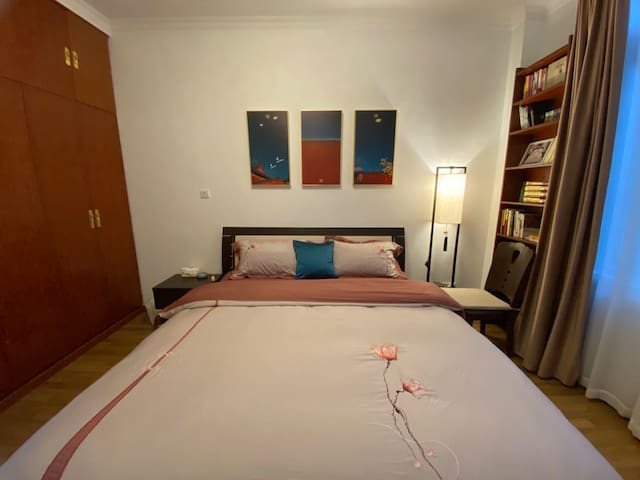 1.8米豪华太子大床,彩虹牌电热毯,卧室配有先锋取暖油汀。极有家布唯尔家居品牌床上用品,全棉80支长绒棉四件套,柔软舒适,力求给您极佳的睡眠感受。