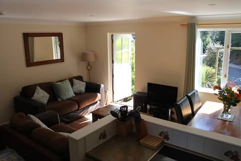 beautiful 2 Bed cottage with outside dining area