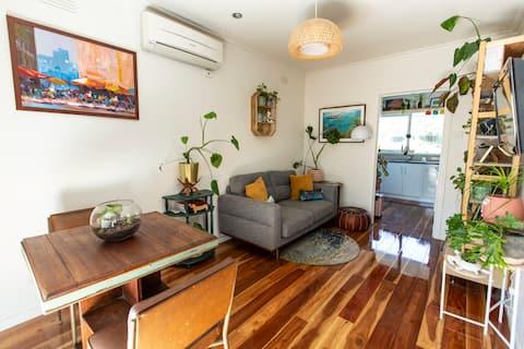 Quiet, cozy unit w garden in vibrant Geelong West