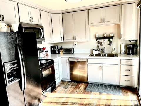 Newly remodeled home with canyon view near oldtown
