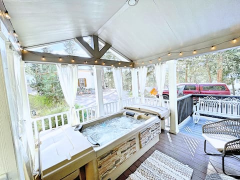 NEW Boutique Tiny Home! HOT TUB & Pikes Peak Views