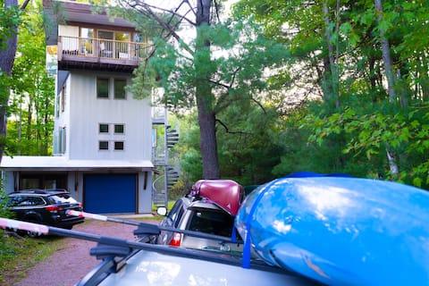 Modern Tree House near the Black River