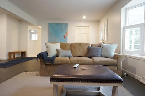 Cheerful & open 1 Bd/2Bth ranch with fireplace!